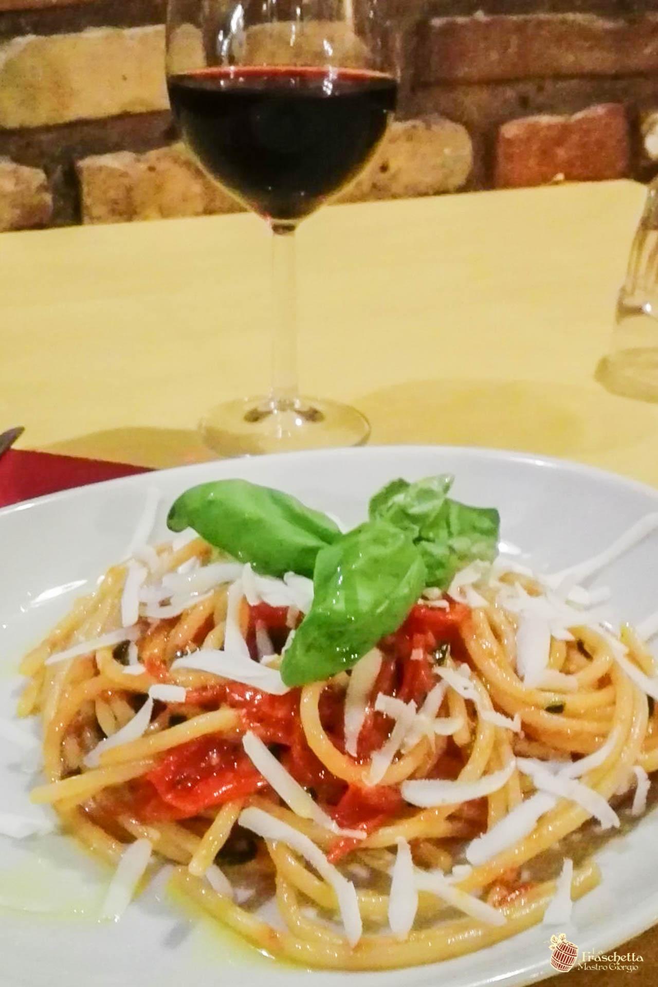 Spaghettone del pastificio Mancini con pomodoro del piennolo Dop e cacioricotta del cilento biologico
